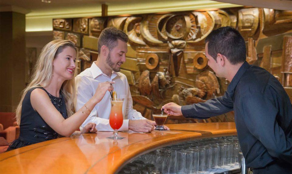Personas relajándose en el Lobby bar del Hotel Don Pancho