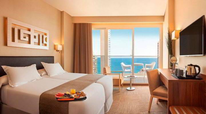 Habitación con terraza y vistas al mar en el Hotel Don Pancho
