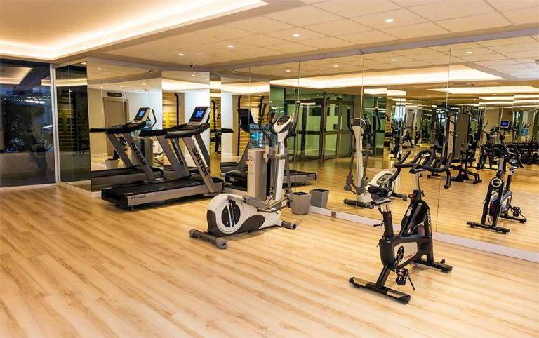 Máquinas de entrenamiento cardiovascular en el gimnasio del Hotel Don Pancho
