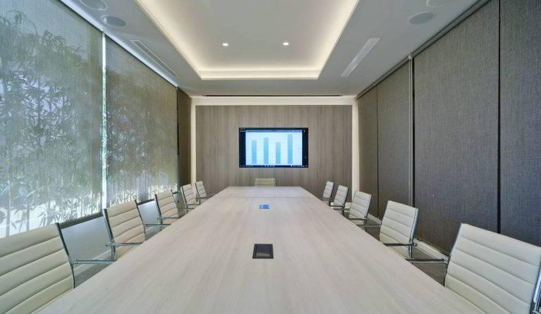 Sala de reuniones con una gran mesa y televisión en el Hotel Don Pancho