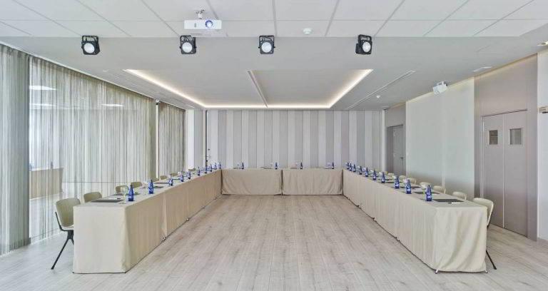 Salón Goya con mesa en forma de U abierta perfecto para reuniones de menor asistencia en Hotel Don Pancho