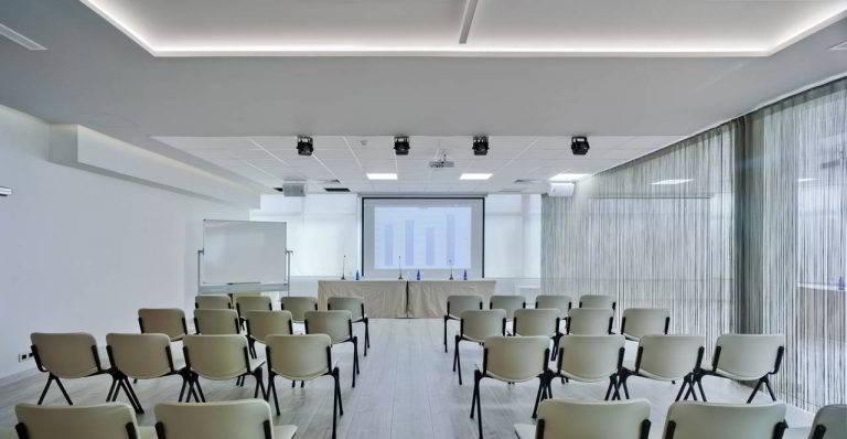 Salón de reuniones con muchas sillas perfecto para un gran número de asistentes en el Hotel Don Pancho