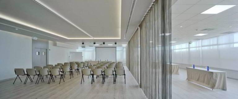 Sala de reuniones con una gran pantalla perfecta para conferencias en el Hotel Don Pancho