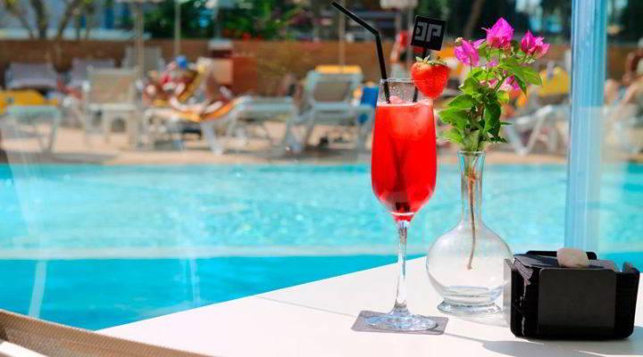 Coctel en la terraza de la piscina del Hotel Don Pancho