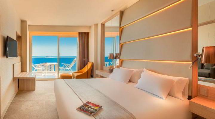 Habitación con terraza y vistas al mar del Hotel Don Pancho