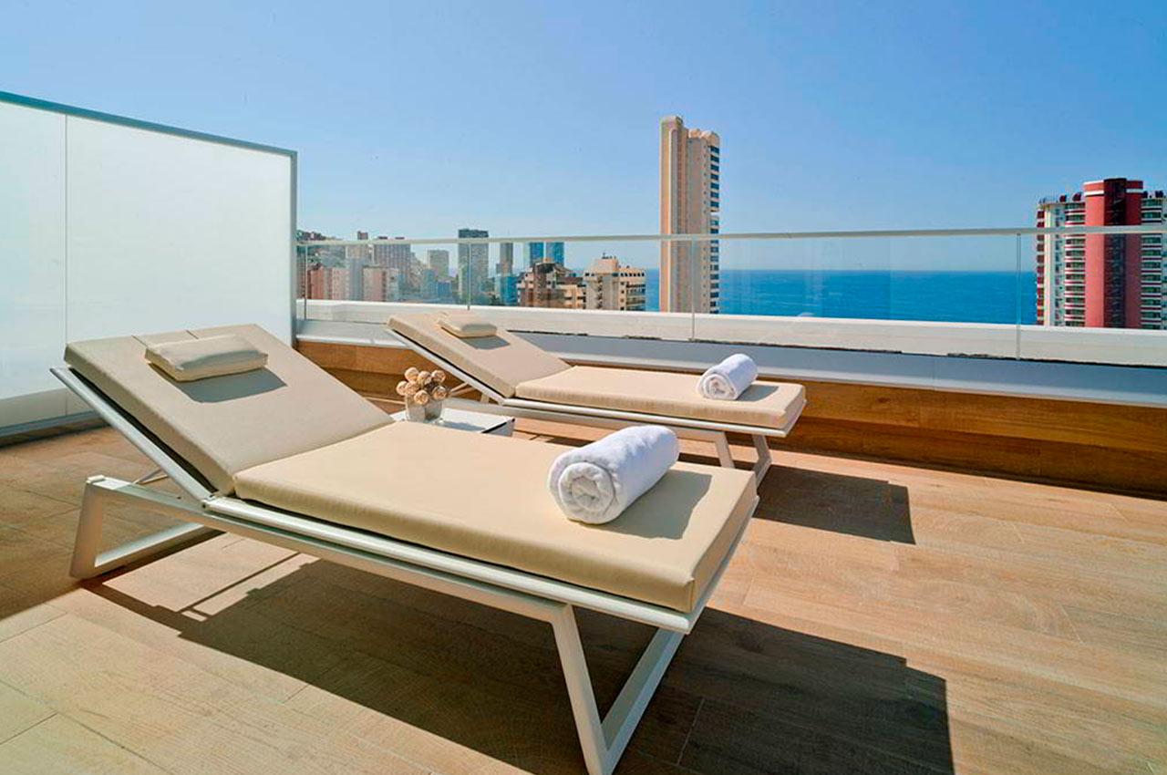 Túmbate y relájate en la terraza de los hoteles para desconectar