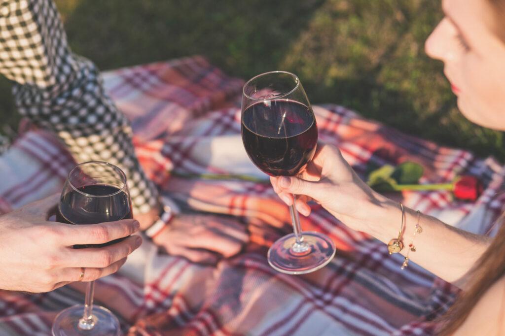 Vino en un picnic romántico